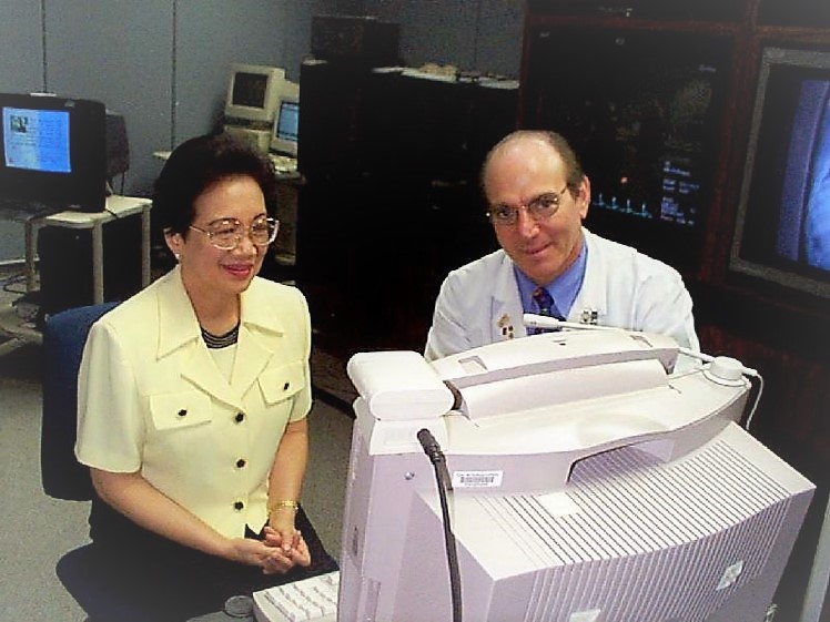 Dr. David explaining to Corazon C. Aquino, President of the Philippines, the benefits telemedicine would bring to her thousand islands nation (1989).